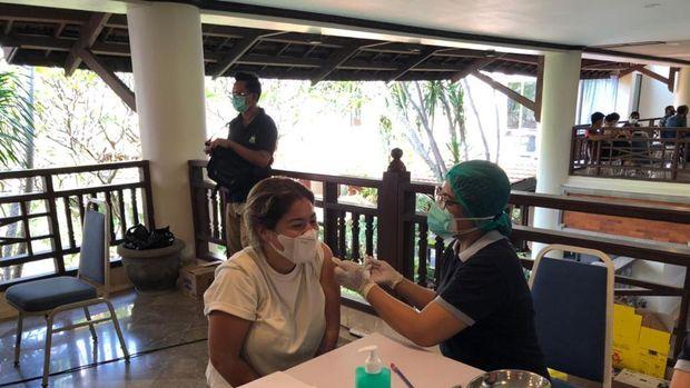 Vaksinasi WNA pemegang KITAS di Sanur, Bali