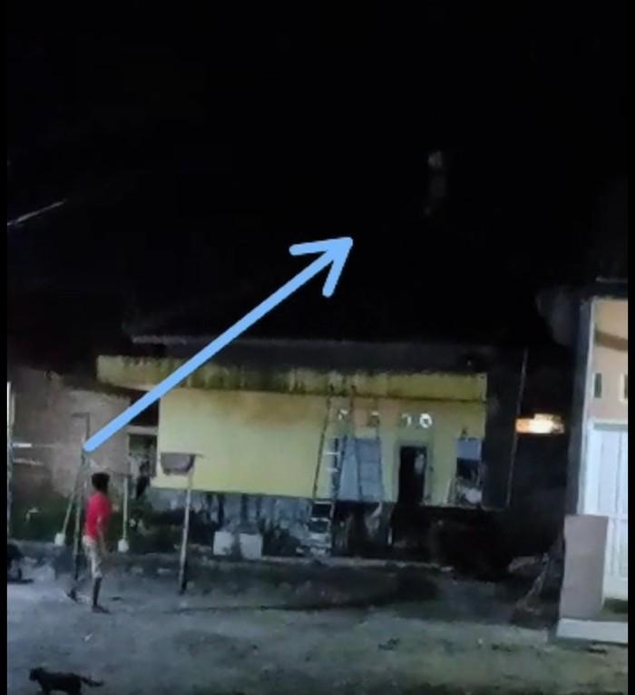 Viral video pocong berlarian di atap rumah warga di Cilegon, Banten (tangkapan layar)