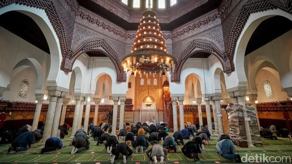 Sejumlah jamaah salat Jumat di Grand Mosque pada Oktober 2020. Kiran Ridley/Getty Images.