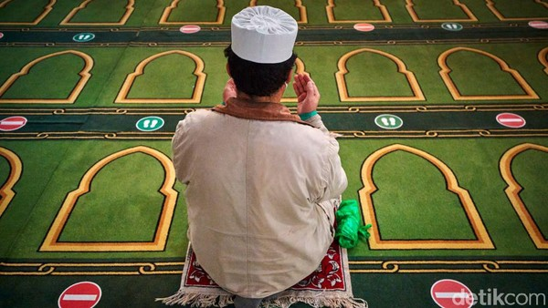 Seorang Muslim di kota Paris melakukan salat di Grand Mosque. Keindahan masjid itu bikin jamaah betah untuk beribadah. Kiran Ridley/Getty Images.