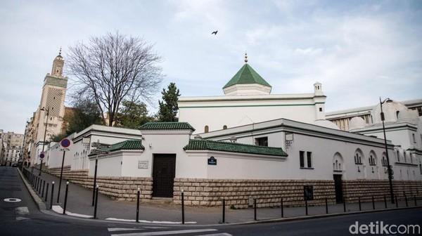 Grand Mosque nampak megah. Masjid ini didirikan setelah Perang Dunia I sebagai tanda terima kasih Prancis kepada imigran Muslim seperti warga Maroko dan Aljazair yang turut berperang melawan pasukan Jerman diresmikan oleh Presiden Prancis Gaston Doumergue pada tanggal 15 Juli 1926. Kiran Ridley/Getty Images.