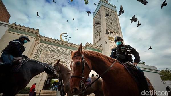 Polisi berpatroli di luar Grand Mosque Paris selama Salat Jumat pada Oktober 2020 lalu. Perdebatan tengah mencuat di Prancis terkait rencana membangun sebuah masjid di wilayah Strasbourg dengan dana publik. Kiran Ridley/Getty Images.
