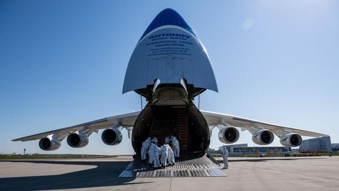 Pesawat cargo Antonov Rusia saat ini masih menjadi pesawat terbesar di dunia. Yuk simak foto-fotonya.