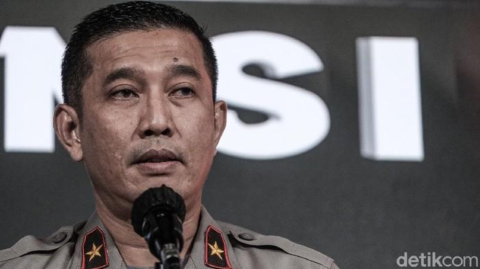 Kepala Biro Penerangan Masyarakat Divisi Humas Polri Brigjen Rusdi Hartono menunjukkan akta kematian Elwira Pryadi Zendrato, polisi terduga penembak 6 laskar FPI