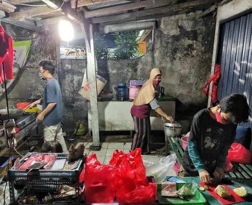 Anies Baswedan Puji Bocah yang Gigih Bantu Orangtua Jualan Pecel Lele