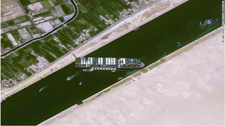 Melihat Kapal Nyangkut di Terusan Suez yang Bikin Heboh