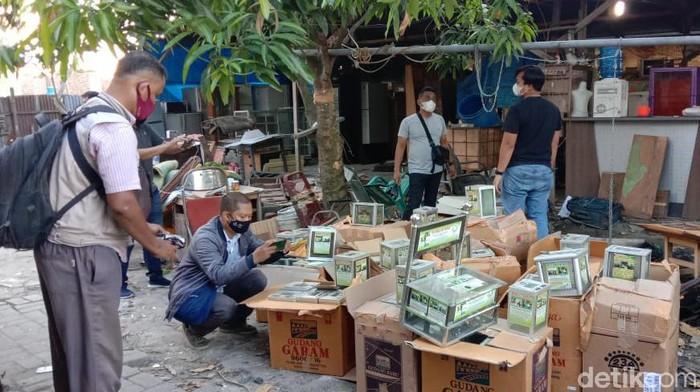 Densus 88 Antiteror Polri menggeledah sebuah rumah di Desa Manunggal, Kabupaten Deli Serdang, Sumut. Di lokasi, Densus 88 menemukan ratusan kotak infak yang diduga dipakai terduga teroris. (Ahmad Arfah/detikcom)