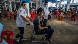 Vaksinasi mulai dilakukan serentak di seluruh negara untuk melawan pandemi COVID-19. Sejumlah fasilitas publik pun diubah menjadi pusat vaksinasi. Ini potretnya