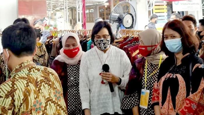 Direktur Wholesale Risk and Asset Management PT Bank Tabungan Negara (Persero) Tbk. Elisabeth Novie Riswanti (kanan) mendampingi Menteri Keuangan Republik Indonesia Sri Mulyani (kedua kanan) meninjau salah satu debitur Kredit Usaha Rakyat (KUR) yang dibina Bank BTN di Kendal, Jawa Tengah. Di Jawa Tengah, Bank BTN telah menyalurkan Kredit Usaha Mikro, Kecil, dan Menengah (UMKM) program penjaminan senilai Rp32,6 miliar hingga akhir Desember 2020. Sebagai bank spesialis pembiayaan perumahan, Bank BTN memfokuskan penyaluran kredit UMKM ke pelaku usaha di sektor housing dan housing related.