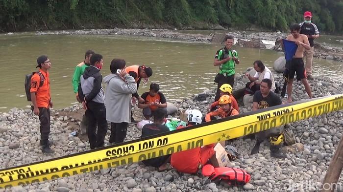 Evakuasi jenazah penambang pasir yang tewas tenggelam di Sungai Serayu, Banjarnegara, Jumat (26/3/2021)
