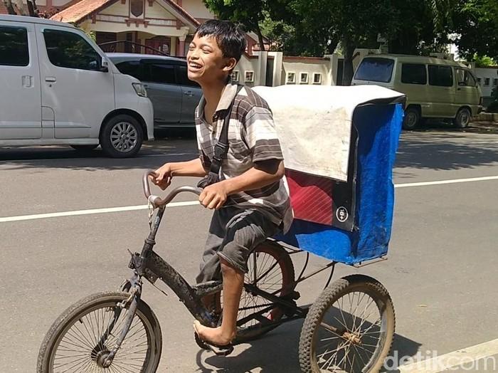 Gading Ogi Syahputra, difabel remaja penjual rokok dan air minum keliling di Kabupaten Pekalongan, Jumat (26/3/2021).