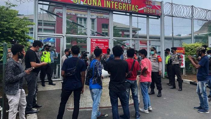 Massa Gerakan Aktivis Muda Indonesia (GAMI) mendatangi Rutan Salemba, Jakarta. Mereka minta kinerja di Lapas Salemba dievakuasi.