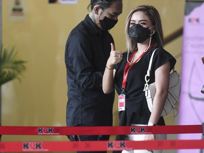 Penyanyi Cita Citata penuhi panggilan KPK. Ia datang untuk diperiksa sebagai saksi terkait kasus suap bansos COVID-19 yang menjerat eks Mensos Juliari Batubara.