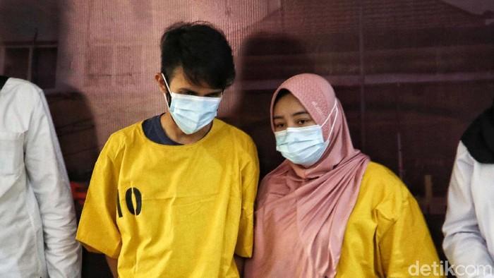 Dua tersangka inisial YJ dan S yang melakukan tindakan malpraktik kepada model Monica Indah ditangkap polisi. Polisi memastikan YJ bukan seorang dokter.