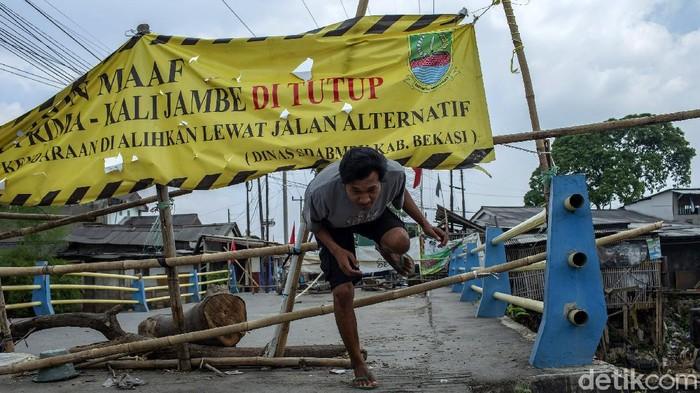 Jembatan Graha Prima-Kali Jambe di Tambun Selatan, Kabupaten Bekasi, rusak dan tak dapat dilintasi warga. Jembatan itu kini tengah menanti untuk diperbaiki.