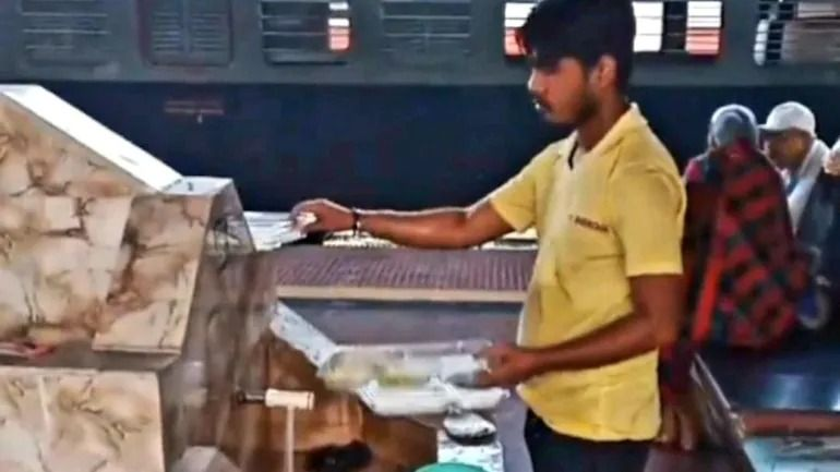 Jorok! Penjual Makanan Ini Cuci Piring Sekali Pakai Untuk Digunakan Lagi