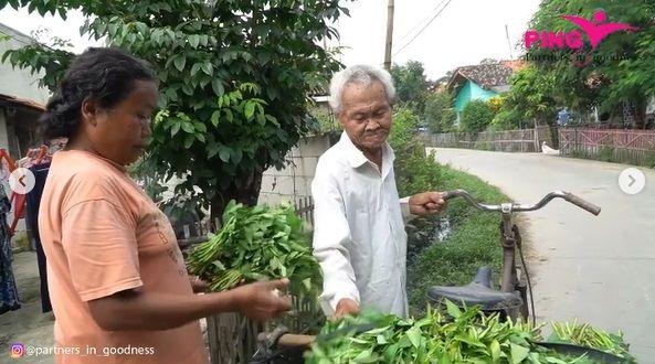kakek 83 tahun penjual kangkung keliling yang masih semangat mencari nafkah demi memenuhi kebutuhan hidupnya.