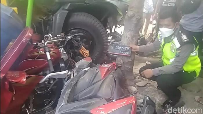 Kecelakaan maut terjadi di Lamongan. Kecelakaan tersebut melibatkan dump truk, motor roda tiga, motor matic dan motor bebek.