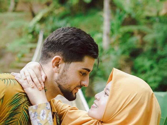 Kisah cinta bule asal Palestina, Ali Halabia. Ingin mendapatkan hati wanita asal Malang, Jawa Timur Khadijah Azzahra.