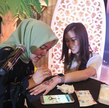 Kisah inspiratif wanita yang menekuni dunia henna.