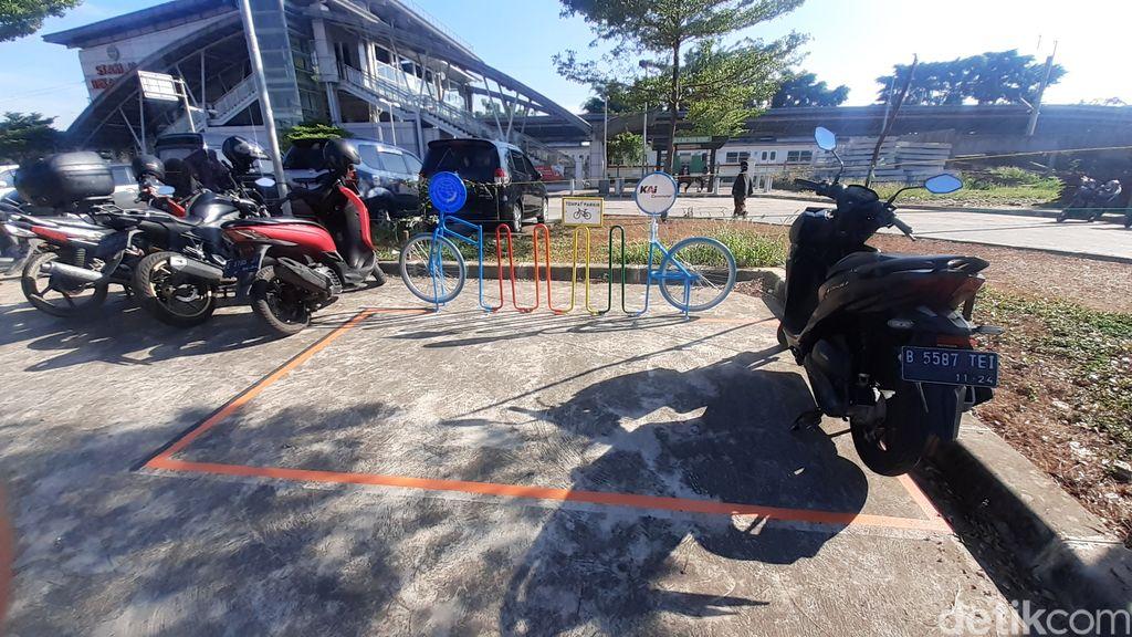 Kondisi area rak parkir sepeda di Stasiun Bekasi Timur, 26 Maret 2021, pukul 08.30 WIB. (Afzal Nur Iman/detikcom)