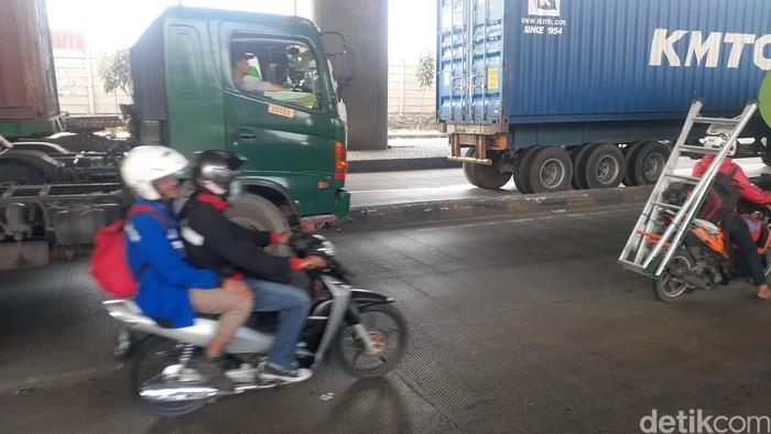 Kondisi pembatas Jl Raya Cilincing, Koja, Jakarta Utara, yang rawan kecelakaan, 26 Februari 2021. (Afzal Nur Iman/detikcom)