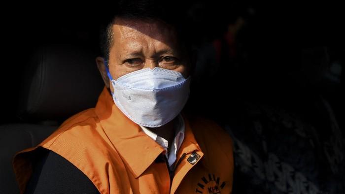Mantan Direktur Utama PT Pelindo II (Persero) Richard Joost Lino (tengah) menaiki mobil tahanan usai diperiksa di gedung KPK, Jakarta, Jumat (26/3/2021). RJ Lino yang telah ditetapkan sebagai tersangka pada Desember 2015 itu ditahan penyidik KPK dalam kasus dugaan tindak pidana korupsi dalam pengadaan tiga unit Quay Container Crane (QCC) di PT Pelindo II. ANTARA FOTO/Hafidz Mubarak A/foc.