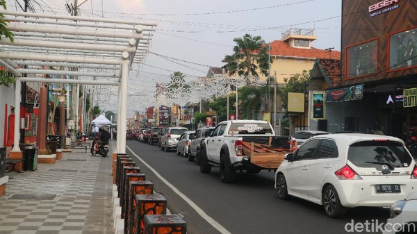 Adapun, area parkir disediakan di sisi selatan Jalan Sunan Kudus. Kudus City Walk saat ini masih difokuskan untuk kuliner. Targetnya, warga lokal lebih dulu.