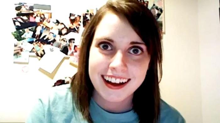 Kalau kamu orang yang suka dengan meme, kamu pasti sudah tidak asing dengan meme overly attached girlfriend. Meme ini sering digunakan untuk bercandaan tentang pacar posesif yang menyeramkan.  Ternyata, asal muasal meme ini memiliki cerita unik. Dikutip dari Grunge, ada alasannya mengapa foto ini bisa viral.  Sebenarnya, foto ini merupakan sebuah tangkapan layar video dari Laina Morris yang saat itu berusia 20 tahun. Kala itu, ia mengunggah video parodi Justin Bieber Boyfriend dan menggantinya dengan perspektif pacar stalker.  Sehari setelah dia mengunggahnya, tangkapan layar video tersebut mendarat di Reddit, dan meme overly attached girlfriend pun lahir.