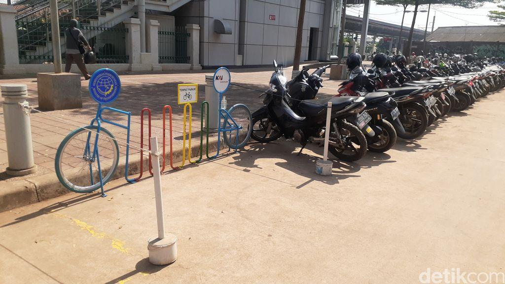 Parkir sepeda di Stasiun Cibitung, 26 Maret 2021. (Afzal Nur Iman/detikcom)