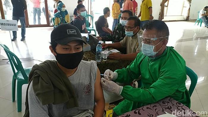 Pegawai hotel dan pos di Ciamis menjalani vaksinasi