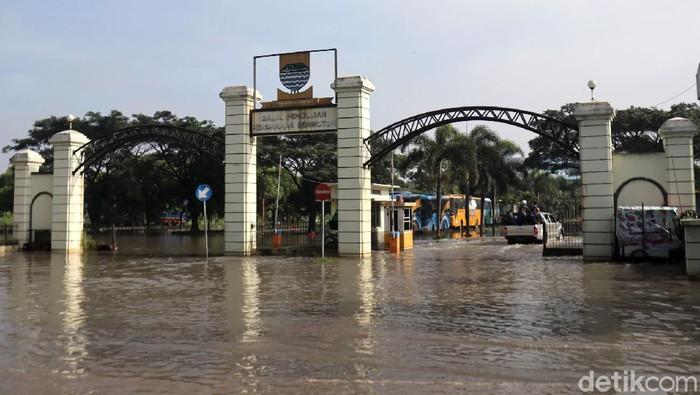 Kantor Dishub Kota Bandung terendam banjir. Banjir terjadi di pintu masuk dan sebagian halaman di kantor tersebut. Berikut penampakannya.