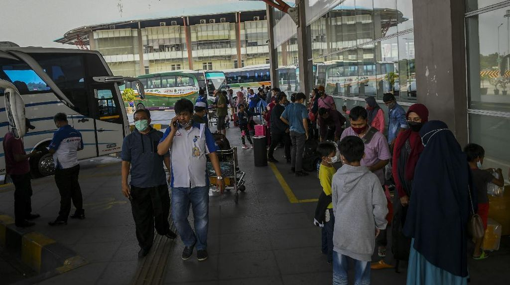 Pemerintah Larang Mudik Lebaran, Terminal Pulogebang Tetap Ramai