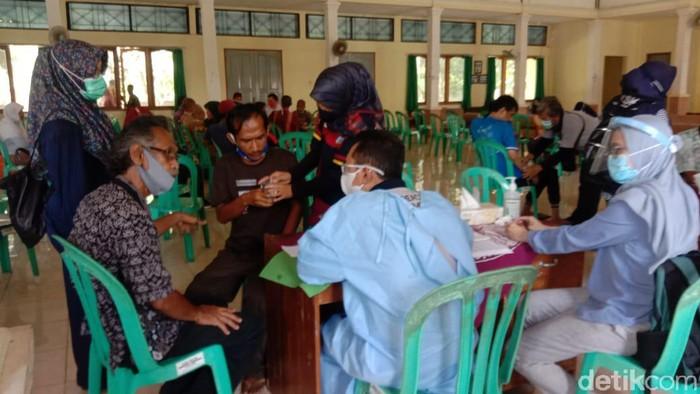 Petugas Dinas Kesehatan tengah memeriksa pasirn gangguan jiwa sebelum diberangkatkan ke Rumah Sakit Jiwa (RSJ) Marzuki Mahdi.