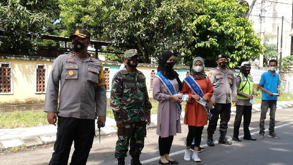 Polres Loteng Gaet Duta Lingkungan PWLT Bagikan 1.000 Masker ke Warga