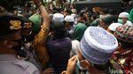Polisi Bubarkan Massa HRS yang Berkerumun