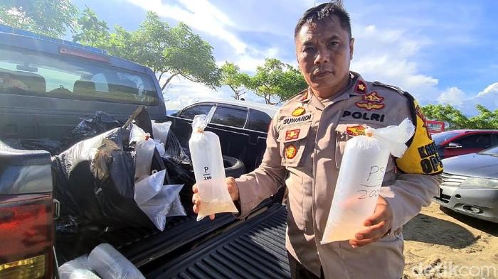 Polisi mengamankan dua warga terkait kepemilikan 18 ribu benur di Sukabumi