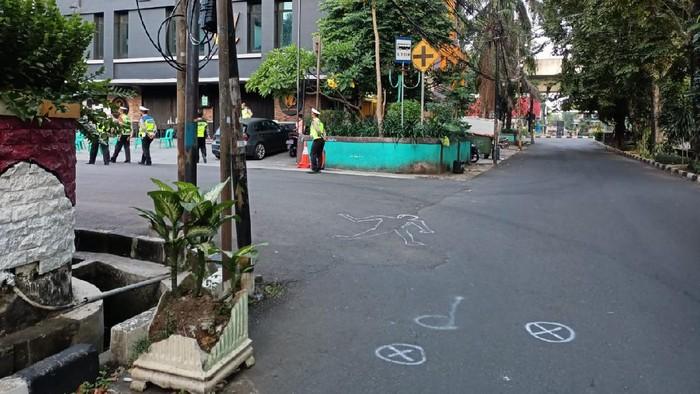 Polisi menggelar olah TKP kasus tabrak lari di Kelapa Gading, Jakarta Utara pagi ini.