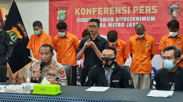 Polda Metro Jaya merilis penangkapan pelaku begal di Bekasi. Tiga korbannya adalah di bawah umur.
