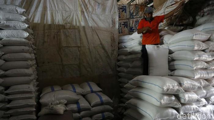 Rencana pemerintah mengimpor 1 juta ton beras terus menjadi polemik. Menteri Perdagangan Muhammad Lutfi ngotot impor sementara Dirut Perum Bulog Budi Waseso menolak.