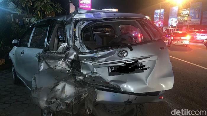 Salah satu mobil korban kecelakaan di Ringroad Sleman. Foto kiriman warga teman kontri Sleman.