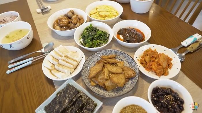 sarapan orang korea dengan menu yang super lengkap.