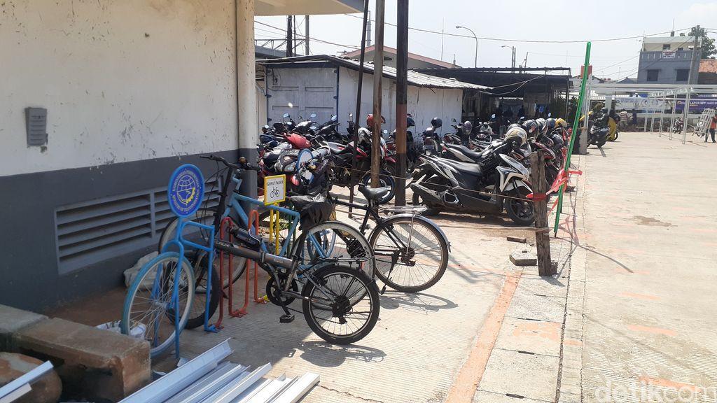 Sepeda-sepeda terparkir di Stasiun Tambun, Bekasi, 26 Maret 2021. (Afzal Nur Iman/detikcom)