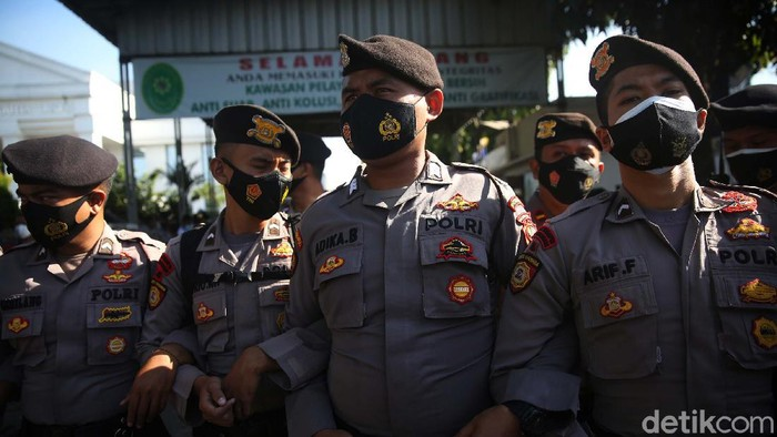 Penjagaan ketat dilakukan dalam sidang offline Habib Rizieq Shihab di PN Jaktim. Polda Metro Jaya menyiapkan 1.985 personel gabungan untuk mengamankan sidang tersebut.