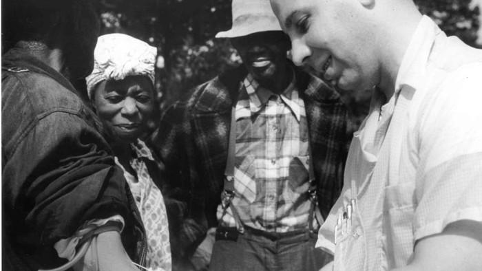 Pada tahun 1932, U.S Public Health Service mulai bekerja dengan Tuskegee Institute untuk melacak perkembangan alami sifilis yang tidak diobati. Studi ini mengamati sifilis yang tidak diobati pada 399 pria Negro pasien sifilis. Kebanyakan dari mereka adalah petani penggarap yang miskin, berkulit hitam, dan buta huruf. Bahkan setelah penisilin muncul sebagai pengobatan yang efektif pada tahun 1947, pasien ini, yang tidak diberi tahu bahwa mereka menderita sifilis, tetapi diberi tahu bahwa mereka menderita bad blood.  Mereka tidak diberi pengobatan atau diberi pengobatan berupa plasebo palsu. Pada akhir penelitian, pada tahun 1972, hanya 74 subjek yang masih hidup. 28 pasien meninggal langsung akibat sifilis, 100 meninggal akibat komplikasi terkait sifilis, 40 istri pasien terinfeksi sifilis, dan 19 anak lahir dengan sifilis kongenital.  Pada tahun 1997, Presiden Bill Clinton secara resmi meminta maaf kepada mereka yang terdampak oleh eksperimen yang sering disebut sebagai eksperimen biomedis paling terkenal dalam sejarah AS.