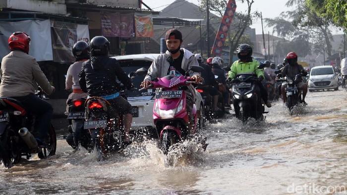 Jalan Raya Sapan Tegalluar, Kecamatan Bojongsoang, Kabupaten Bandung, Jawa Barat terendam banjir. Banjir ini disebabkan luapan Sungai Cikeruh.