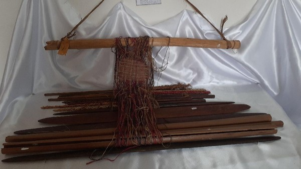 Budaya menenun ini merupakan pengetahuan yang diwariskan nenek moyang mereka. Pada masa lalu, kain terfo berfungsi sebagai pakaian dan untuk keperluan adat. Kain tenun terfo memiliki motif persilangan garis yang menarik. (Hari Suroto/Istimewa)