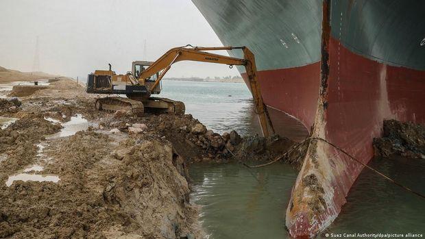 Terusan Suez Diperkirakan Terblokir Berminggu-minggu, Perdagangan Global Rugi Besar