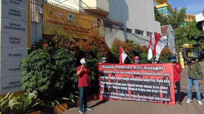 Masa yang tergabung dalan Koalisi Pemuda Anti Korupsi menggelar aksi terkait dugaan Korupsi yang melibatkan Walikota Sorong yang juga Ketua Golkar Papua Barat di depan Kantor DPP Partai Golkar, Jakarta, Jum'at (26/3/2020). Dalam aksinya masa meminta Ketua Umum Golkar, Airlangga Hartarto untuk menunda SK kepengurusan Golkar Prov. Papua Barat sebelum ada keputusan soal kasus dugaan korupsi yang menyeret kadernya itu.