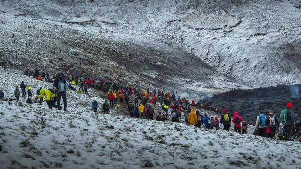 Momen letusan gunung berapi tersebut menjadi daya tarik tersendiri bagi sejumlah wisatawan. Mereka berbondong-bondong datang untuk melihat letusan gunung tersebut.
